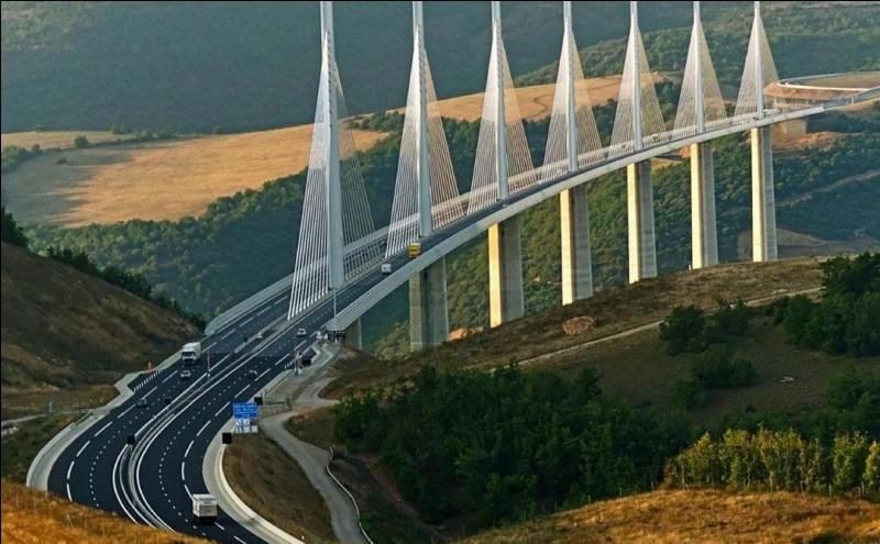 A la fin de sa construction, le « pont de Millau » possède une pile/pylône qui dépasse la hauteur de la tour Eiffel de 19 mètres !Est-ce vrai ?Est-ce faux ?