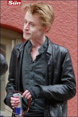 """Je suis Macaulay Culkin. Je suis l'acteur-star du film """"Maman, j'ai raté l'avion"""". Ces derniers temps, je me tiens éloigné des médias, j'affirme ne jamais avoir touché à l'héroïne et mon propre père me renie ..."""