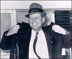 Certains prétendent que moi, John Kennedy, et mon frère Bobby avons commandité l'assassinat de Marilyn Monroe avec laquelle nous avions fricoté. J'ai été assassiné moi-même le 22 novembre 1963 à Dallas alors que j'étais le 35ᵉ président des États-Unis...