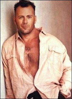 Un peu plus alambiqué maintenant : acteur incontournable, parfois rockeur, je m'appelle Bruce Willis et, avec Sylvester Stallone, je suis propriétaire des célèbres restaurants Planet Hollywood ...