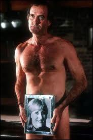 Ce n'est pas la tenue dans laquelle John Cleese, dans le film Un poisson nommé Wanda, exerce son métier. Quel est son métier ?