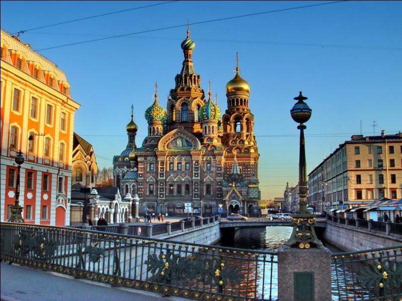 Saint-Pétersbourg se situe :