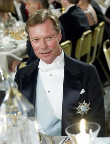 Voici la photographie, à un dîner officiel, d'une personne en habit. Quel est son métier ?