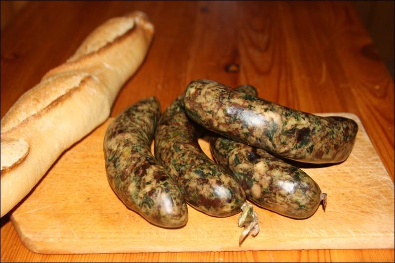 Régalons-nous avec ces excellentes saucisses savoyardes, à base de porc, de chou ou d'autres herbes telles que blettes ou épinards :