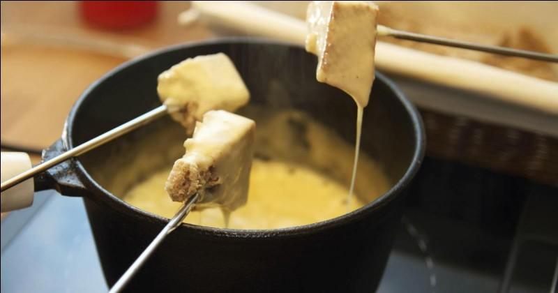 Nous attendions la légendaire fondue savoyarde ! Outre le vin blanc, quel alcool est-il coutumier de rajouter ?