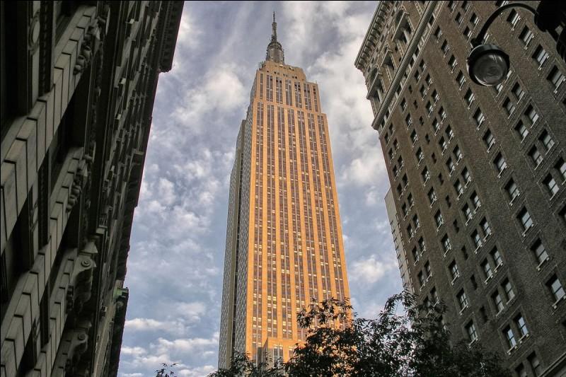 En 1931, c'était la plus haute tour du monde, plus de 440 mètres, antenne comprise, qui voyait l'achèvement de sa construction. Laquelle ?