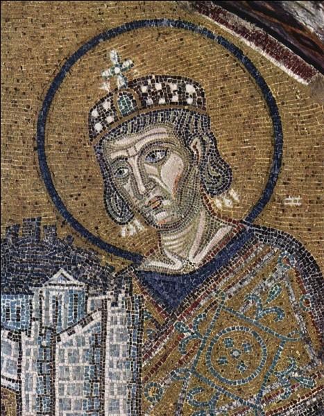 Dans quelle ville Constantin déplace-t-il la capitale de l'Empire romain en 330 ?
