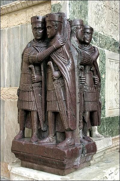 En 293, comprenant que l'empire est trop vaste pour pouvoir être gouverné par un seul homme, l'empereur Dioclétien met en place un nouveau système de gouvernement. Comment se nomme-t-il ?