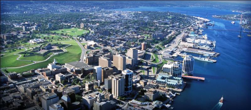 Où se trouve Halifax, ville portuaire de près de 400 000 habitants ?