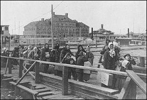 Sur quelle île de la baie de New-York arrivaient les immigrants au début du XXe siècle ?