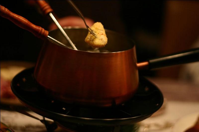 Quelle est cette fondue dans laquelle des morceaux de volaille sont trempés dans la panure puis dans l'huile ?