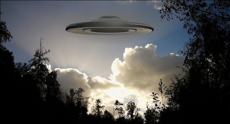 """U - Un """"ufologue"""" étudie les objets volants non identifiés."""