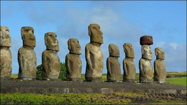 """M - Les """"moaïs"""" (en photo) représentent des statues géantes sur l'île de Tahiti."""