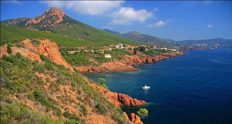 Quel massif montagneux situé au bord de la mer Méditerranée a pour point culminant, le mont Vinaigre (614 m) ?