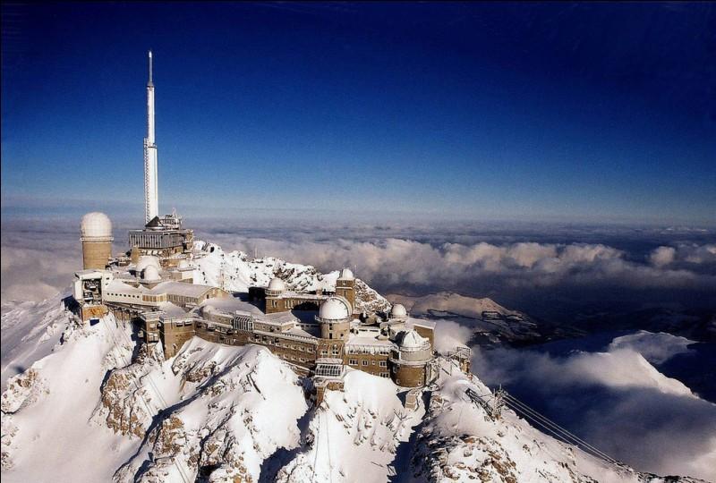 Situé dans les Hautes-Pyrénées, à une altitude de 2 876 mètres, il est connu pour son observatoire astronomique (en photo). Quel est ce sommet français ?