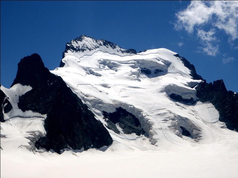 La barre des Écrins culmine à 4 101 m d'altitude. Dans quel département ?