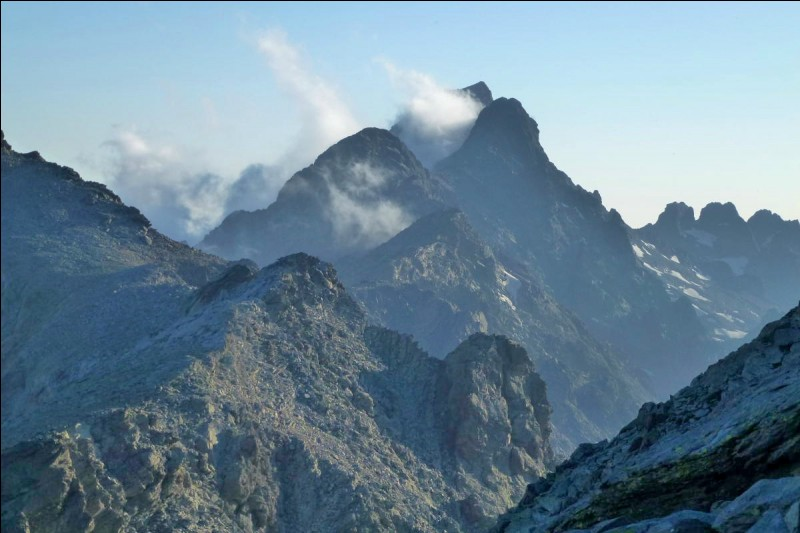 Dans quel département le Monte Cinto culmine-t-il à 2 706 m ?