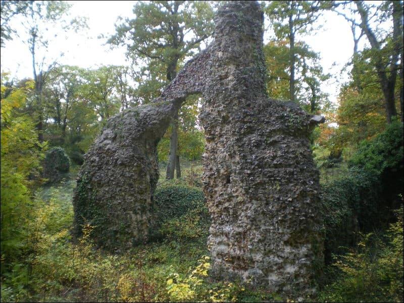 Un fantôme hantait le château de la Robertière, en Eure-et-Loir. De quelle couleur étaient ses habits ?