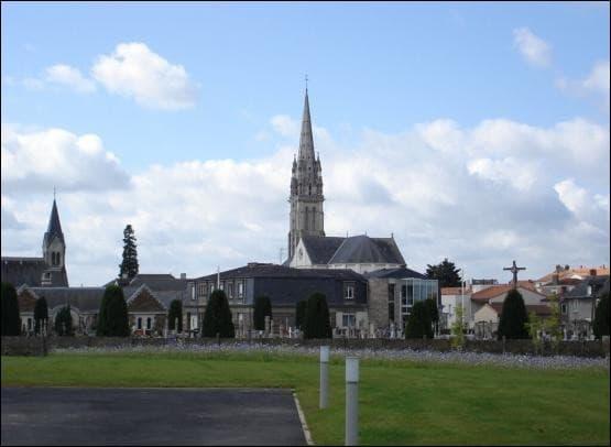 Au Loraux-Bottereau en Loire-Atlantique, quelle partie de son anatomie la Bête passait-elle sous les portes ?