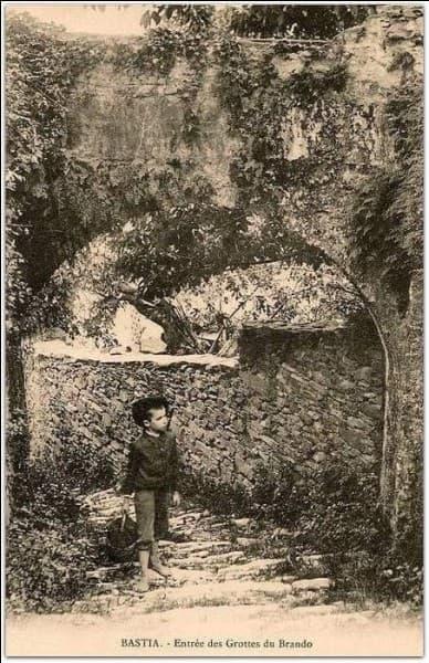 Qui habite la grotte de Brando en Corse ?