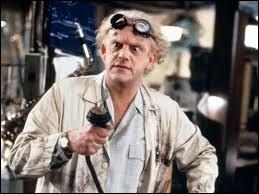 """Quel est le nom de l'acteur jouant le rôle d'Emmett Brown surnommé """"Doc"""" dans la saga """"Retour vers le futur"""" ?"""