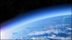 Comment s'appelle la deuxième couche de l'atmosphère terrestre ?
