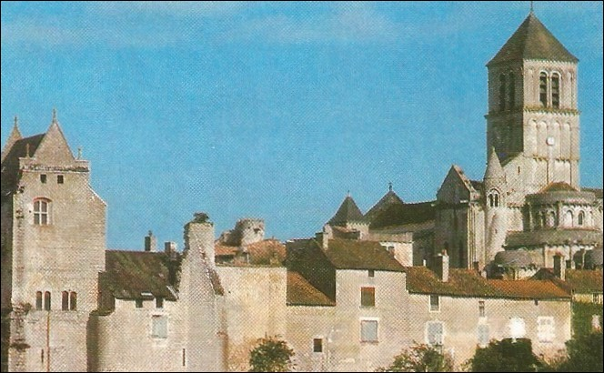 Il y a cinq ruines de châteaux féodaux dans cette ville de la Vienne, c'est :