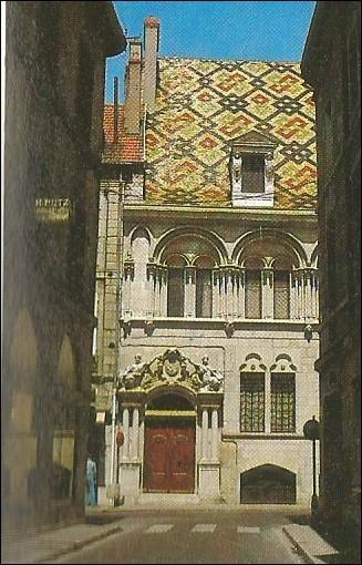 Dans quelle ville peut-on voir l'hôtel Aubriot dont on voit la facade ?