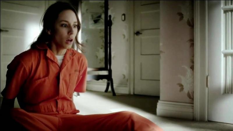 Qui a mis du faux sang sur Spencer quand elle se réveille dans la maison de poupées ?