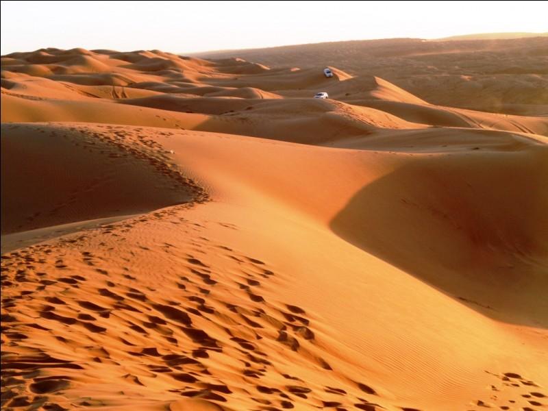 """À quel type de paysage le nom de """"Wahiba"""" est-il associé à Oman ?"""