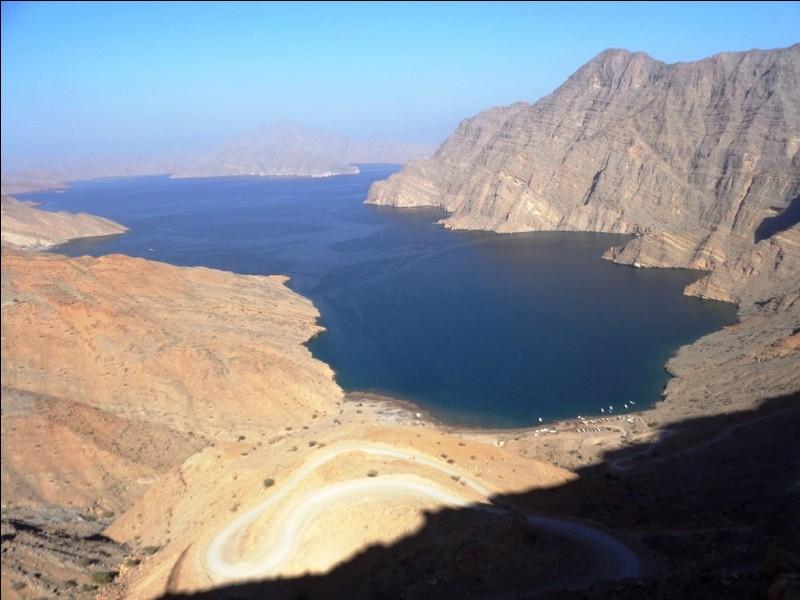 Oman possède deux enclaves au sein des Émirats Arabes Unis. Quel nom porte la plus vaste d'entre elles occupant le pointe nord des Émirats Arabes Unis ?