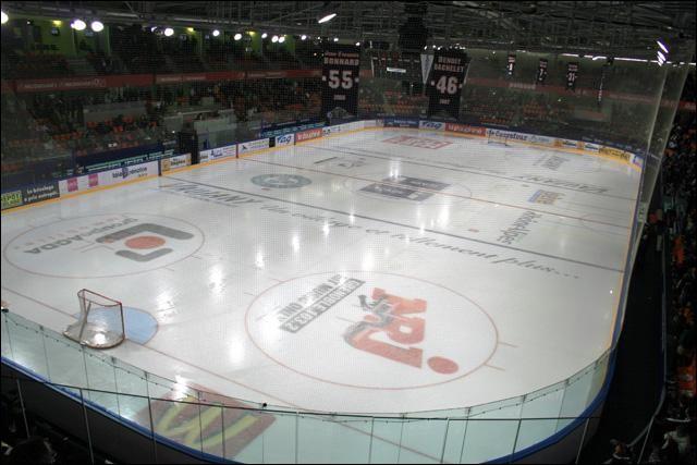 Quelle est la taille d'une patinoire capable d'accueillir un match de hockey officiel ?