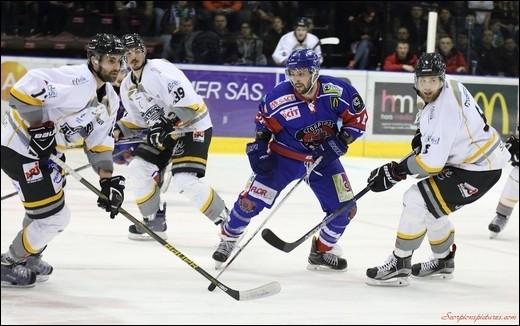 Combien de joueurs constituent l'équipe sur la glace ?