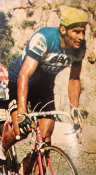 Qui est cet homme sur un vélo ?