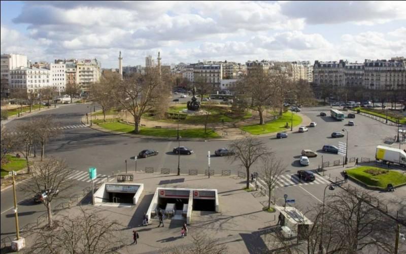 """Quel est le nom de cette place qui possède en son centre un monument appelé """"Le Triomphe de la République"""" ?"""