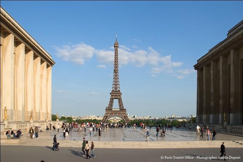 Comment s'appelle cette place ornée en son centre d'une statue équestre du maréchal Foch et d'un monument à la gloire de l'armée française ?