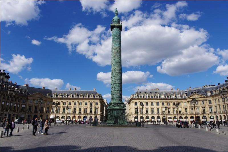Comment se nomme cette place avec sa colonne commémorant la bataille d'Austerliz ?