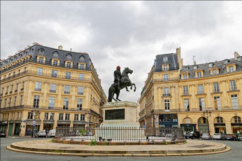 Comment s'appelle cette place possédant en son centre une statue en bronze équestre de Louis XIV ?