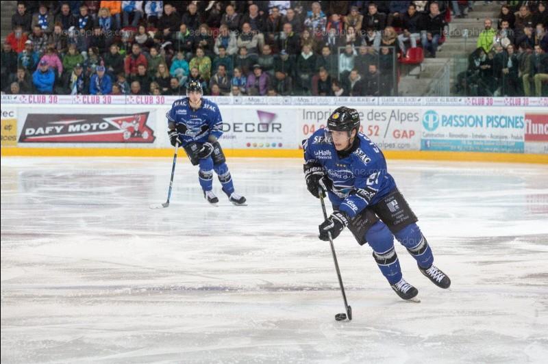 Que dirige le joueur de hockey sur glace avec sa crosse ?