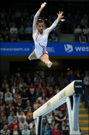 """Au-dessus de quel agrès cette gymnaste """"vole-t-elle"""" ?"""