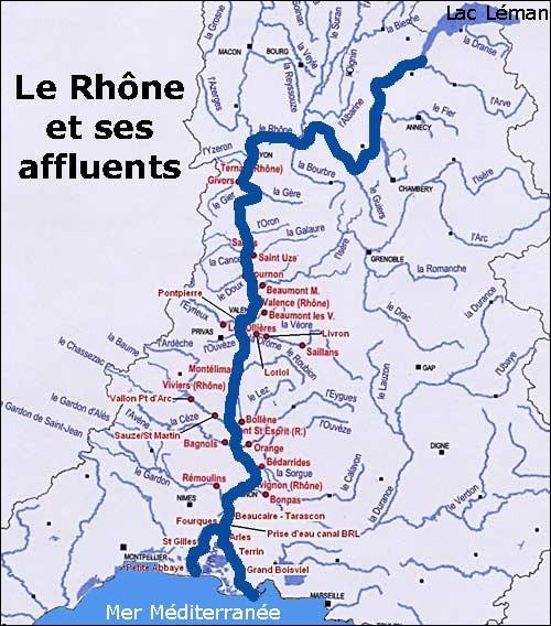 Que forme le Rhône à son embouchure ?
