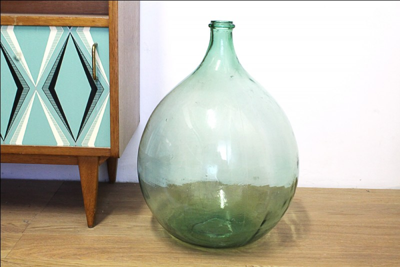 Comment appelle-t-on cette grosse bouteille de grès ou de verre contenant du vin ou de l'huile ?