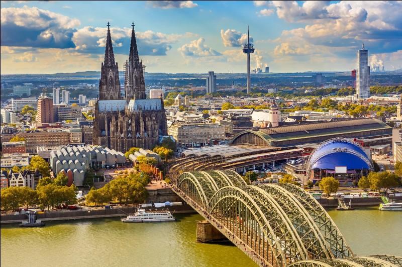 Cologne est une ville âgée de 2 000 ans. Où se situe-t-elle ?