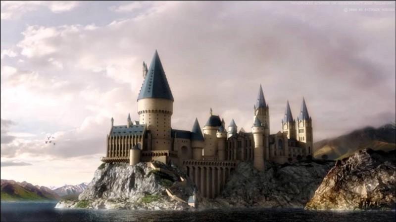 Comment s'appelle l'école dans laquelle Harry va étudier la magie ?
