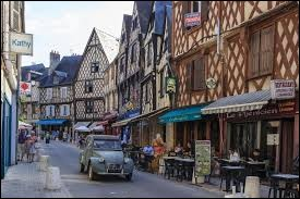 Nous sommes dans le centre de Bourges (Cher), ville où les habitants sont les ...