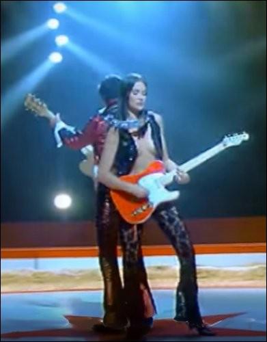 Dans sa chanson «Osez Joséphine», Alain Bashung prononce la phrase «À l'arrière des Dauphine ...». Vrai ou faux ?
