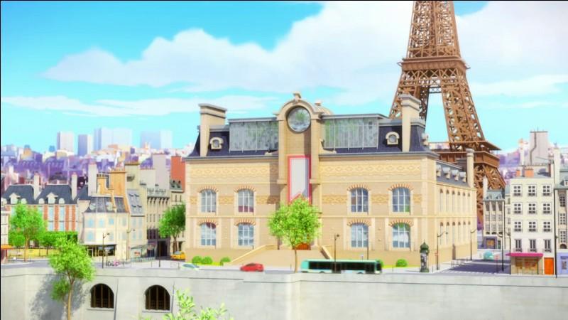 Le nom du collège où étudient Marinette et Adrien est :