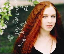 Cécile Corbel chante ''Entendez-vous'' dans son album ''La Fiancée'' sorti en 2014. De quel instrument s'accompagne-t-elle pendant qu'elle chante ?