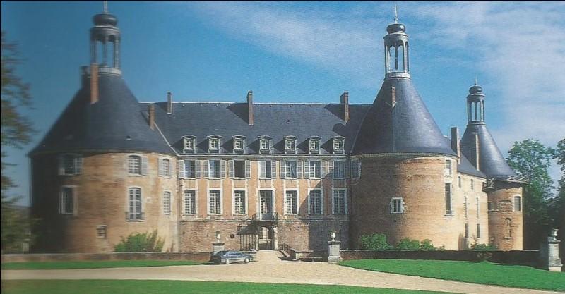 Dans quelle commune est situé un château où on peut voir la tour du Trésor, la tour du Bégault et la tour de la Chapelle ?