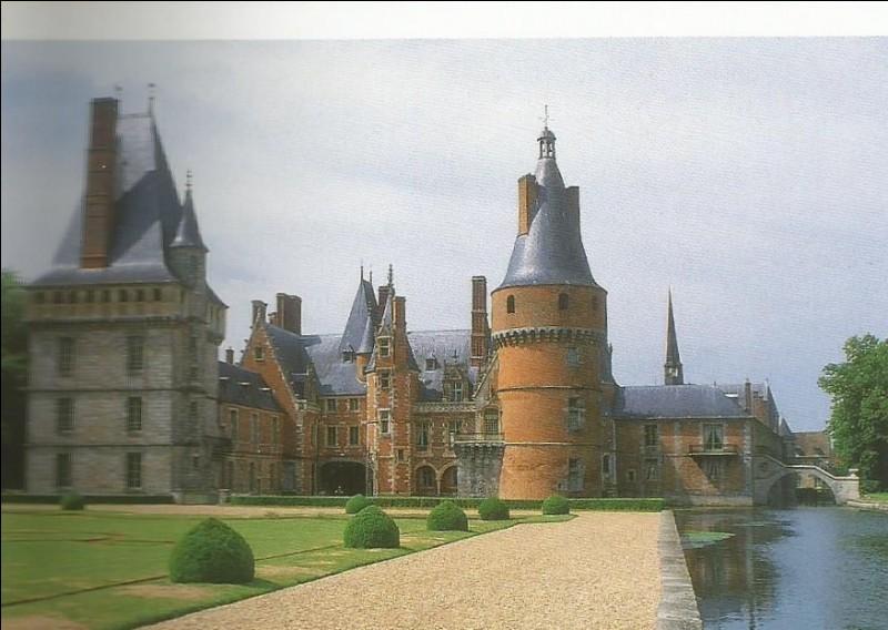 Dans quelle commune se trouve ce château dont la façade sur cour rappelle de façon surprenante l'aile Louis XII de Blois ?